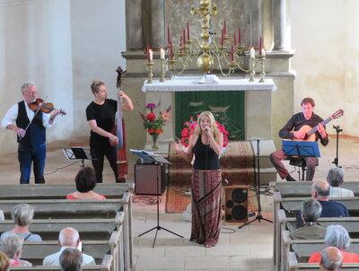 Fotoalbum THE STRING COMPANY aus Erfurt geben das diesjährige letzte Sommerkonzert in der Reinharzer Kirche vor begeistertem Publikum