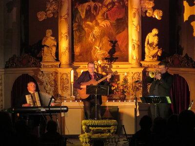 """Fotoalbum ORGELNACHT - DIE 13: Zweiter Teil : Trio """"Wake up!"""" mit Albrecht Henning (Gesang / Gitarre); Norman Hausmann (Flügelhorn) und Norbert Britze (E-Piano / Arkkordeon) )"""
