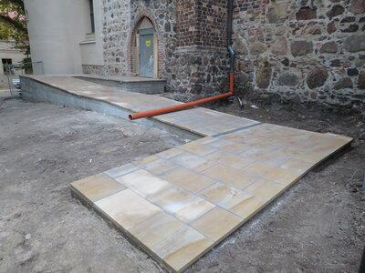 Fotoalbum Baustelle Barrierefreier Eingang der Kirche - Die Sandsteinplatten der Außenrampe sind verlegt