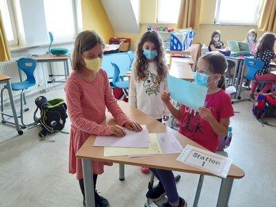 Fotoalbum Stationenarbeit in Klasse 2 zum Thema SEHSINN