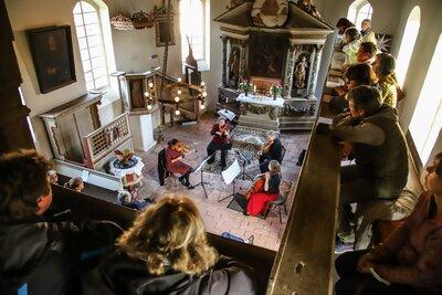Fotoalbum Sommerkonzert in der Sachauer Dorfkirche - von Barock bis Moderne, gespielt von Ulrike Wächter (Violine), Christine Korn (Violine), Annegret Müller (Violoncello) und Sebastian Mikelthwate (Viola)
