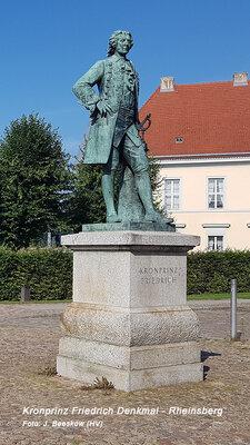 Kronprinz Friedrich Denkmal vor dem Schloss Rheinsberg