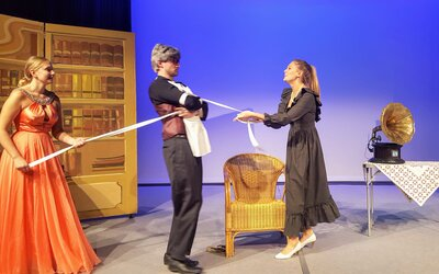 Henry Higgins zwischen Eliza und seiner Haushälterin