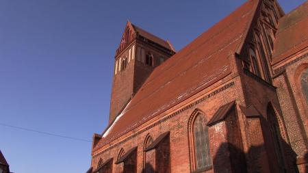 Stadt Perleberg   Außenansicht auf das Seitenschiff und den Turm der Kirche