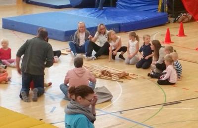 Fotoalbum SV Mackensen mit sieben Kindern beim Puzzle-Turnen