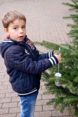Fotoalbum Weihnachtsbaum schmücken auf der Augustastraße