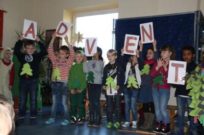 Fotoalbum Adventsfeier im Flur - Klasse 1