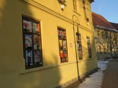 Fotoalbum Plakate der Jahreslosung stehen an den Fenstern des Pfarrhauses jährlich zu Jahresbeginn zur Auswahl