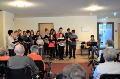 Fotoalbum Singen im Seniorenwohnheim