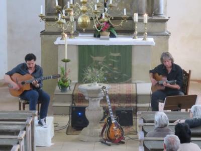 Fotoalbum Franziskus Sparsbrod & Volker Schwarze geben Django Reinhardt die Ehre in der Reinharzer Kirche - Gitarrenspiel der Extraklasse