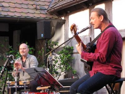 """Fotoalbum Olaf Stellmäcke & Dirk Treptow spielen """"Lieder und andere Gemeinheiten"""" im Pfarrhof"""