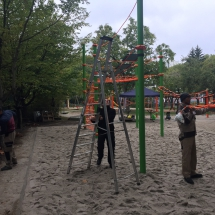 Fotoalbum Spielplatzbau mit Geflüchteten; Centaurynius in Kooperation mit Berliner Seilfabrik