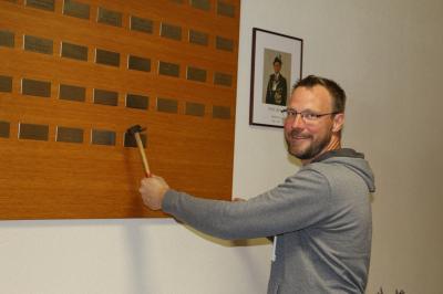Fotoalbum Anbringen der Schilder an den Ehrentafeln in der Schiesssportanlage