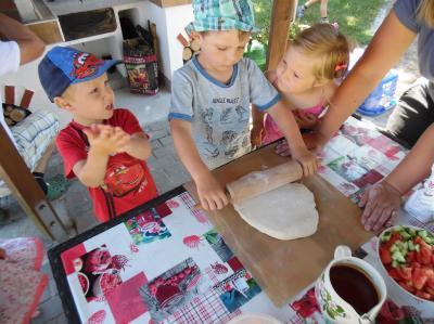 "Fotoalbum Kinder der Kita ""Flämingkinder"" backen Pizza im Garten"