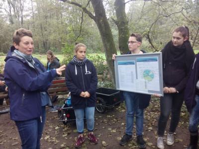Fotoalbum Wassercamp: Die Staatsekretärin lässt sich alles zeigen und erklären