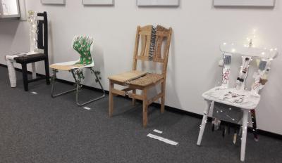 Fotoalbum Stühle werden zu indirekten Selbstporträts (transformiert)