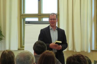Fotoalbum Pfarramtsanwärter Dr. Christoph Gramzow hält zu seiner Vorstellung einen Gemeindeabend mit Moderation durch Superintendent Christian Beuchel