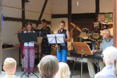 Fotoalbum SOMMERKONZERT des musikalischen Nachwuchses & Musizierende der Gemeinde - gespielt aus der Scheune heraus unter der Leitung von O.-B. Glüer