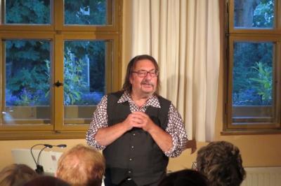 """Fotoalbum """"FLÜCHTIG"""" - Manfred Maurenbrecher gibt einen tollen Abend im vollen Gemeindhaus"""