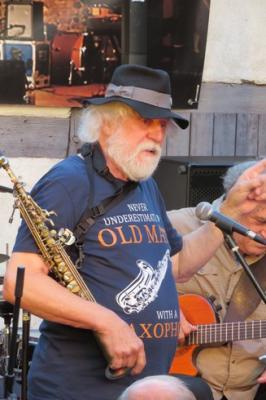 Fotoalbum Joe Kučera, tschechische Saxophon-Legende tourt zu seinem 75. Geburtstag zusammen mit der LIEDERTOUR, Karl Neukauf & Carlos Mieres an diesem Tag im Pfarrhof