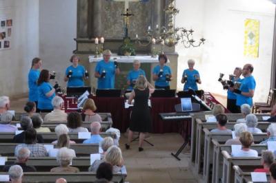 Fotoalbum Der Handglockenchor der Wittenberger Schloßkirche unter Leitung von Sarah Herzer am Sonntagnachmittag in der Reinharzer Kirche