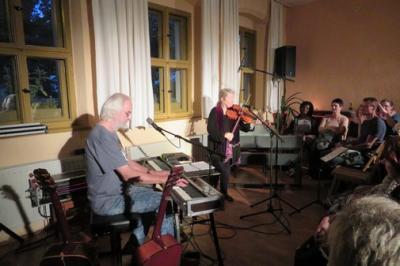 Fotoalbum STRINGS LIKE VOICES -Maire Bretnach (IR) & Matthias Kießling (D) mit irischem Folk und gälischen Gesang im Gemeindehaus