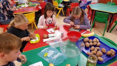 Fotoalbum Die Klasse 3 bereitet Kartoffelsalat zu