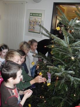 Fotoalbum Weihnachtsbaum schmücken im Amt Burg