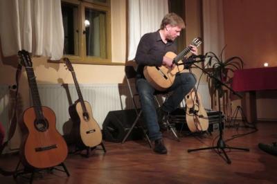 """Fotoalbum """"Konzertante Musik die Rockt"""" an den Gitarren: MALTE VIEF aus Leipzig beeindruckt mit seinem Saitenspiel das Publikum im Gemeindehaus"""