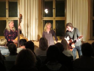 """Fotoalbum """"SWEET CONFUSION"""" = Steffi Breiting (voc.), Tobias Hillig (git.) und Volkmar Große (bass) mit bester Unterhaltung im Gemeindehaus"""
