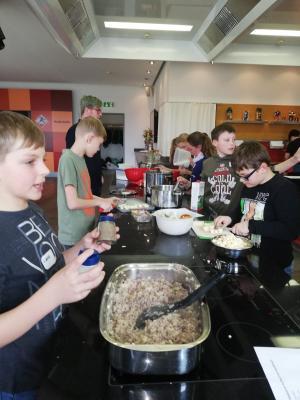 Fotoalbum Der Ausflug der Klasse 5b in das Kochstudio im  Nudelcenter Riesa