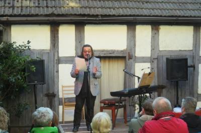 Fotoalbum Manfred Maurenbrecher gibt das erste Open Air Konzert diesen Jahres im Pfarrhof