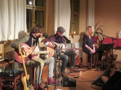 Fotoalbum POLYDELUXE - Das Berliner Akustik-Duo Ilka Posin (Vocals, Cajon, Gitarre) und Karl Neukauf (Vocals, Gitarre) & special Guest Fährmann (Vocals, Gitarre, Mundharmonika) - Live im Gemeindehaus