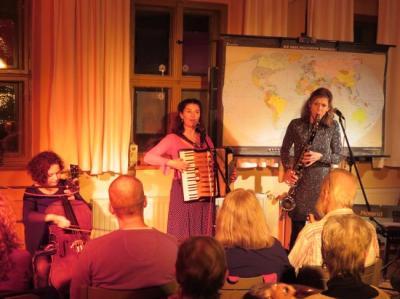 Fotoalbum RADA synerica = Drei Frauen, drei Stimmen, sieben Instrumente – dazu pure Leidenschaft, mitreißende Rhythmen und ein Herz für Zigeuner- und Klezmermusik. Eine begeisternde musikalische Weltreise