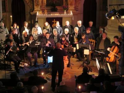 Fotoalbum Weihnachtskonzert im Kerzenschein mit dem Kirchenchor und Intsrumentalisten unter Leitung von Kantor O.-B. Glüer in der vollen Stadtkirche