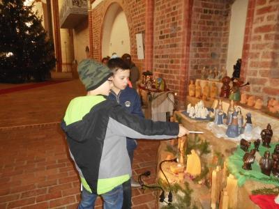 Fotoalbum Besuch der Klasse 4 in der Wunderblutkirche zur Krippenausstellung