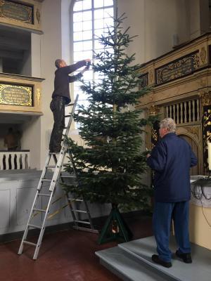 Fotoalbum Weihnachtsbaumaufstellung in der Kreuzkirche