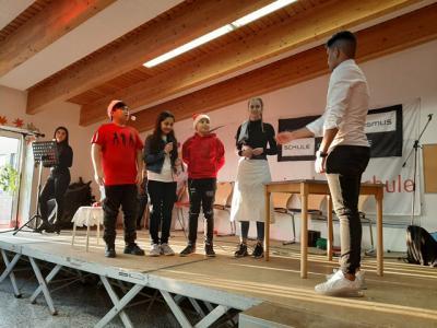 Fotoalbum Weihnachtstheater: DaZ-Schüler begeistern am letzten Schultag vor den Ferien