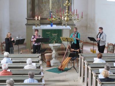 Fotoalbum Ensemble Klangholz aus Jessen spielt am Sonntagnachmittag in der Reinharzer Kirche