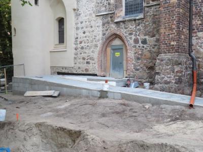 Fotoalbum Baustelle Barrierefreier Eingang der Kirche - Die Sickerschächte für das Regenwasser stehen zum Einbau bereit, erst müssen jedoch die Archäologen alte Gräber sichten