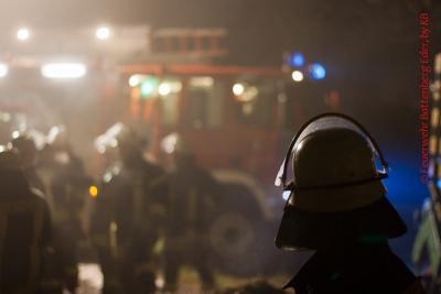 Foto des Albums: Brennendes Stroh auf zwei Anhängern unter einer Brücke der B253 (09.11.2011)