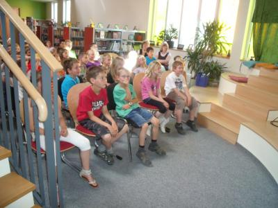 Foto des Albums: Autor Jens Reinländer, die Klassen 1 und 2 aus der GS Zielitz und Rogätz zu Gast in der Bibliothek (30.06.2011)