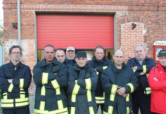 Team der FF Sachsendorf vorm Gerätehaus