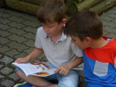Fotoalbum Auch draußen macht das Lesen Spaß!, Klasse 2