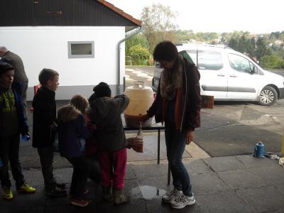 Fotoalbum Zweit- und Drittklässler keltern zusammen Apfelsaft