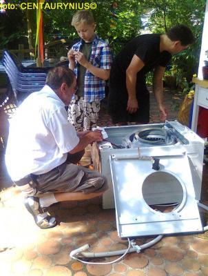 Fotoalbum Eine Waschmaschine wird repariert