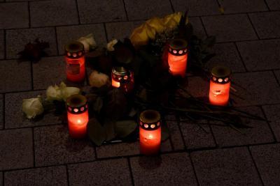 Fotoalbum Mahnwache, Stolpersteine putzen und Gedenken