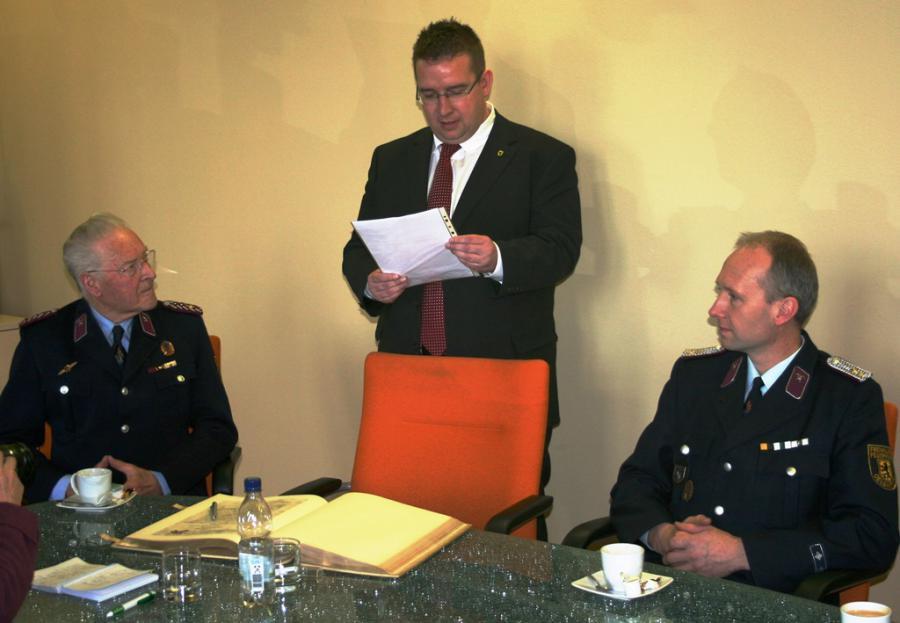 Foto der Galerie: Erstes Ehrenkreuz für 70 Jahre treue Dienste in der Feuerwehr übergeben