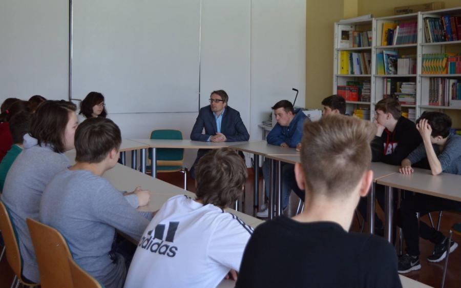 Foto der Galerie: Landtagsabgeordnete mit Schülerinnen und Schülern 13.04.2016