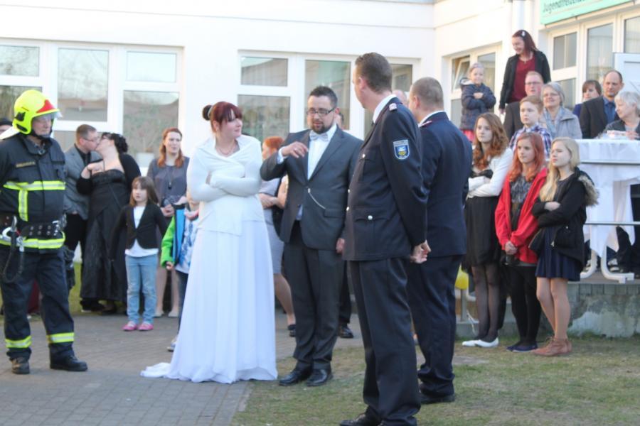 Foto der Galerie: Übung zur Gratulation von der Hochzeit von Kam. Michael Czechan und seiner Frau Romy